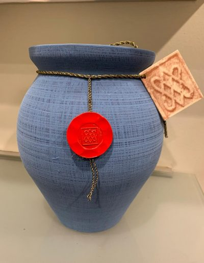 Urna azul con sello