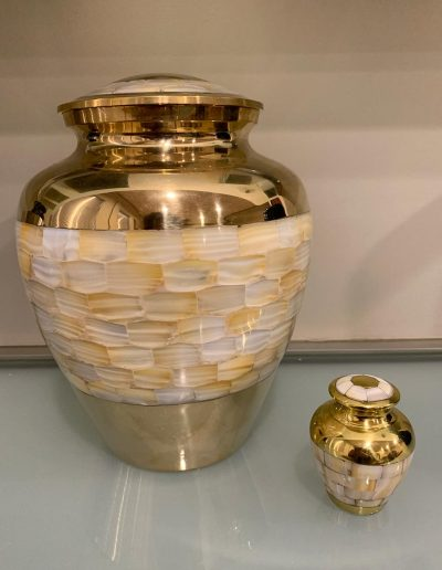 Urna dorada con decoración mosaico